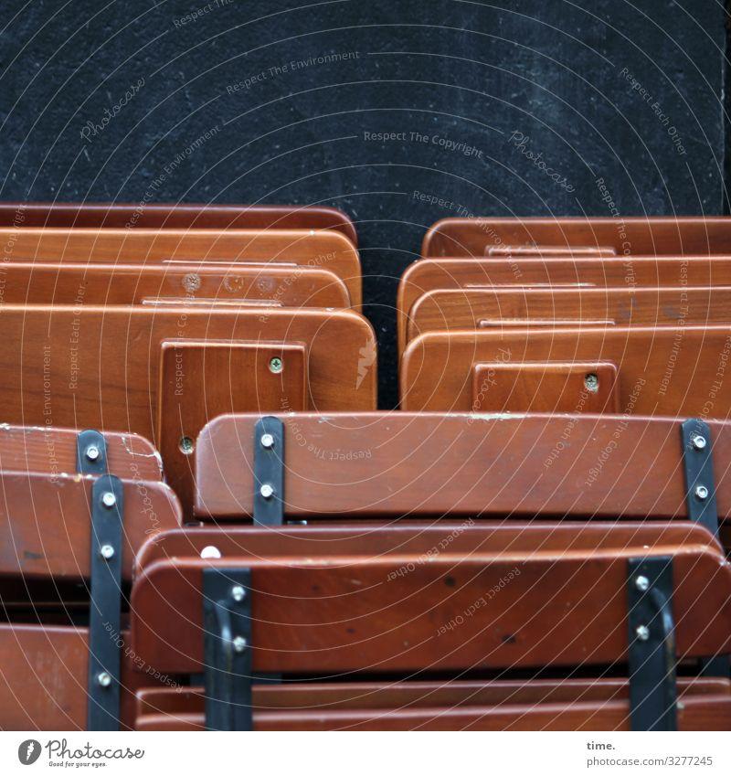 bestuhltes Gelände (III) Mauer Wand Stuhl Klappstuhl angelehnt Mischung Holz Metall berühren stehen warten eckig einfach braun schwarz Zusammensein bescheiden