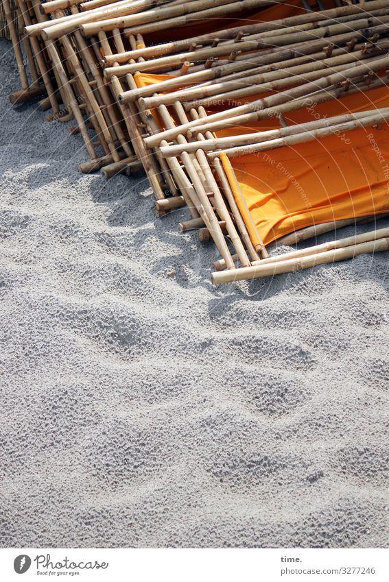 bestuhltes Gelände (VII) Ferien & Urlaub & Reisen Erholung ruhig Strand Holz Küste Zeit orange Zusammensein Sand Kommunizieren liegen sitzen Perspektive