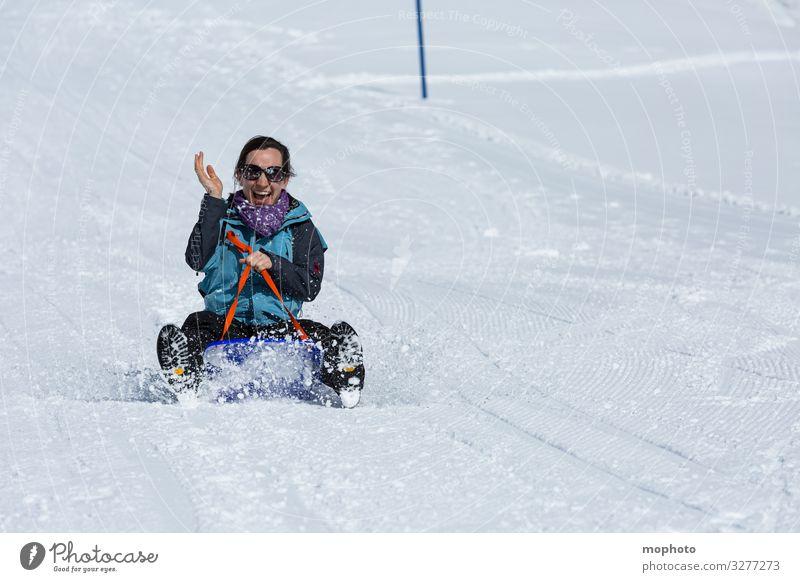 Junge Frau beim Schlittenfahren ausflug ferien freude fröhlichkeit glück glücklich jeizinen kalt leukerbad rodel rodeln rutschen schlitten schlittenfahren