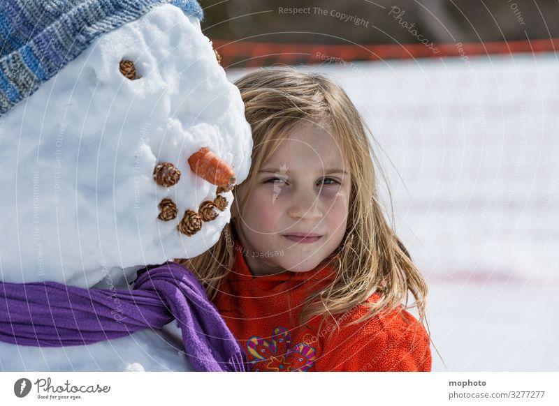 Mädchen mit Schneemann auge ausflug ferien freude fröhlich fröhlichkeit gesicht glück glücklich jeizinen kalt karotte kind kopf lachen leukerbad lächeln mund
