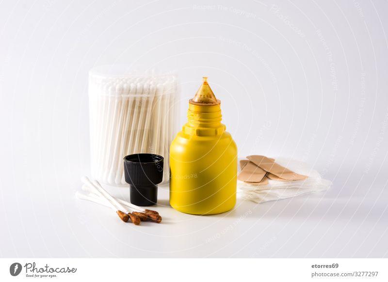 Medizinisches Jod in einer Flasche und Gaze auf weißem Hintergrund. Medikament Gesundheitswesen povidone antiseptisch Pflege Sauberkeit Desinfektion Flüssigkeit