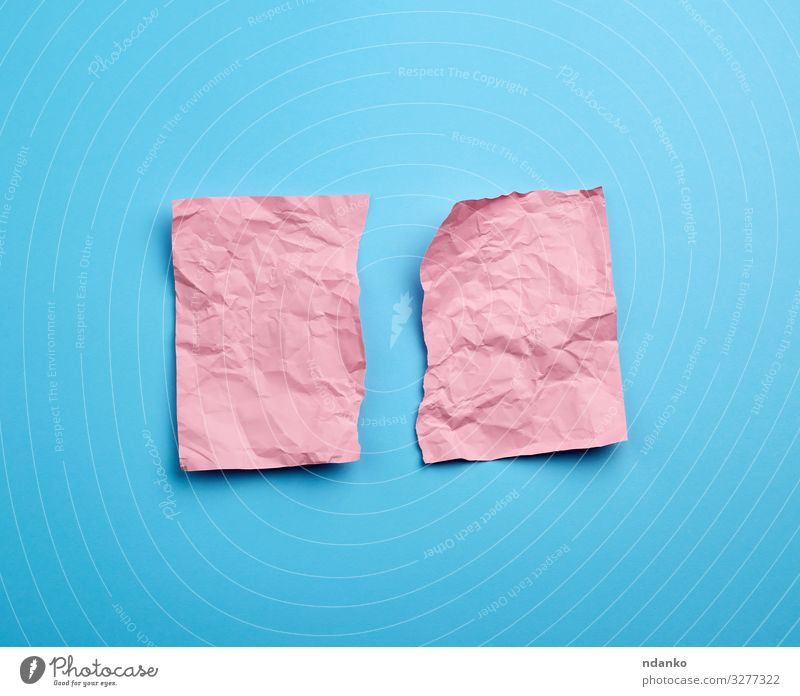 zerknittertes rosa Blatt Papier Zettel blau leer texturiert Hintergrund Oberfläche fetzig Schaden Konsistenz gerissen Kanten Schot Mitteilung Schriftstück