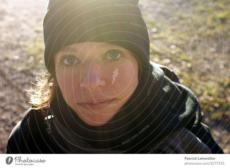 Große Augen feminin Frau Erwachsene Kopf Gesicht Nase Mund Lippen 1 Mensch 30-45 Jahre Umwelt Winter Schönes Wetter Bekleidung Schal Mütze brünett beobachten