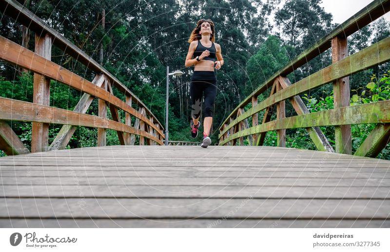 Frau rennt durch einen städtischen Park Freizeit & Hobby Sport Erfolg Mensch Erwachsene Natur Wege & Pfade Turnschuh Fitness dünn Ausdauer anstrengen Sportlerin