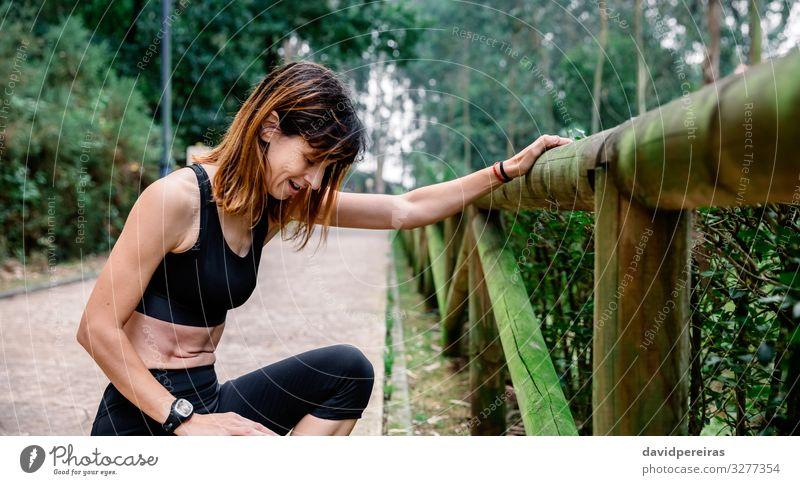 Ermüdete Sportlerin nach einem Rennen Freizeit & Hobby Mensch Frau Erwachsene Natur Park Wege & Pfade atmen Fitness dünn Müdigkeit anstrengen Läufer erschöpft
