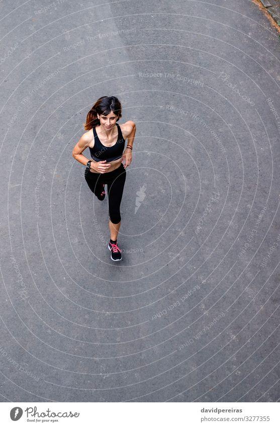 Luftaufnahme der Läuferin Freizeit & Hobby Sport Erfolg Mensch Frau Erwachsene Natur Straße Wege & Pfade Fluggerät Turnschuh Fitness Lächeln dünn Ausdauer