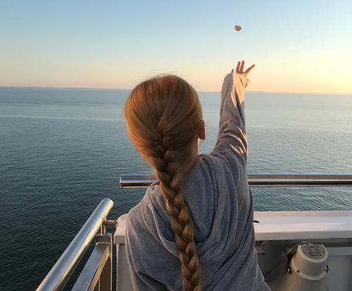 Wünsch dir was Ferne Mädchen Haare & Frisuren Rücken 1 Mensch 8-13 Jahre Kind Kindheit Wasser Wolkenloser Himmel Horizont Sonnenaufgang Sonnenuntergang Sommer