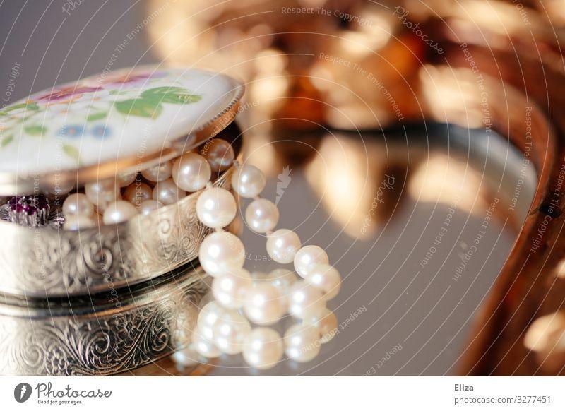 Erbstück Accessoire Schmuck Reichtum Erbe Perlenkette Schmuckkästchen Reflexion & Spiegelung schön altehrwürdig retro silber Kitsch Kostbarkeit aufbewahren