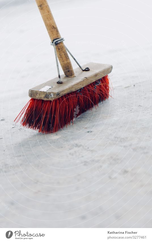 Großputz /alter Besen braun grau rot weiß Wandel & Veränderung Raum Boden Besenstiel Sauberkeit Kehren aufräumen Reinigen Borsten Holz Farbfoto Innenaufnahme