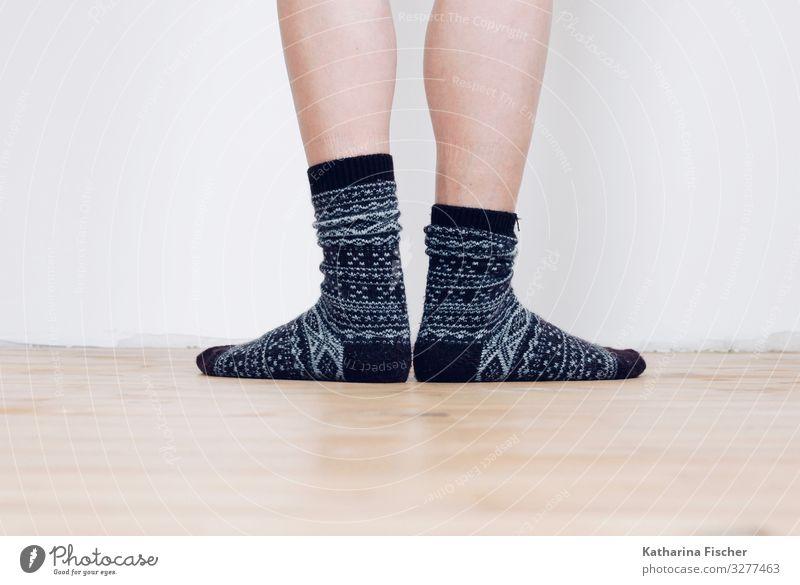 Socks Beine Fuß Strümpfe stehen grau schwarz weiß Wintersocken Baumwollsocken Muster Boden Wand Tierfuß Wade Raum Holzfußboden Strickmuster Seil Farbfoto