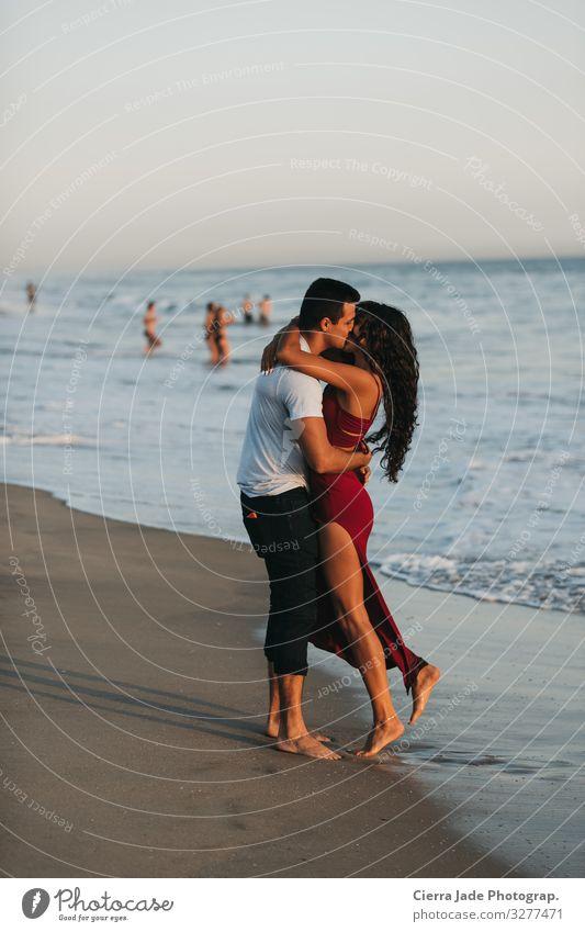 Pärchen küsst sich am Strand bei Sonnenuntergang Sommer Meer Mensch Paar 2 18-30 Jahre Jugendliche Erwachsene Schönes Wetter Kleid langhaarig Sand Küssen Liebe