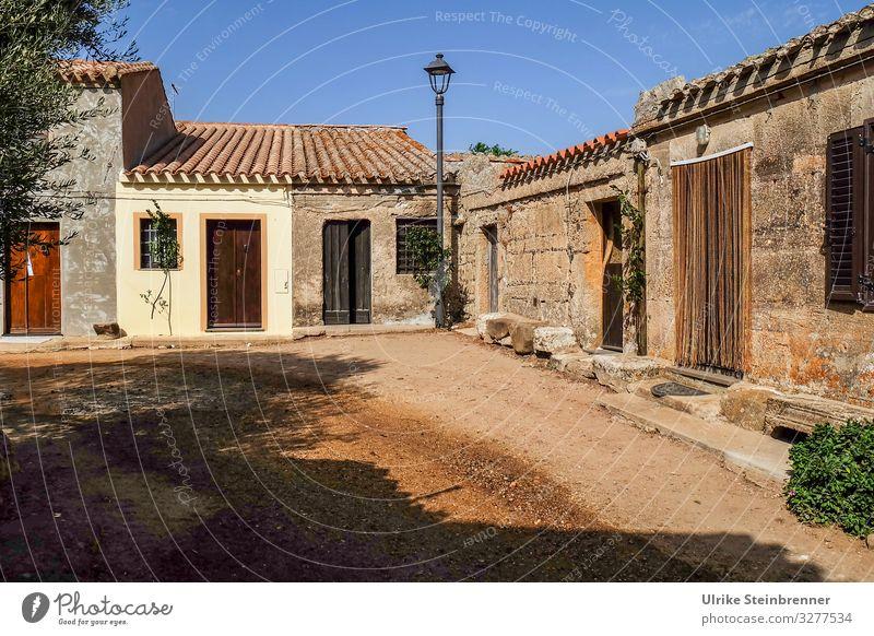 San Salvatore di Sinis, verlassene Häuser auf Sardinien Dorf Dorfplatz alt unbewohnt Westernstadt Drehort Cabras Oristano Platz Einsamkeit Geisterstadt
