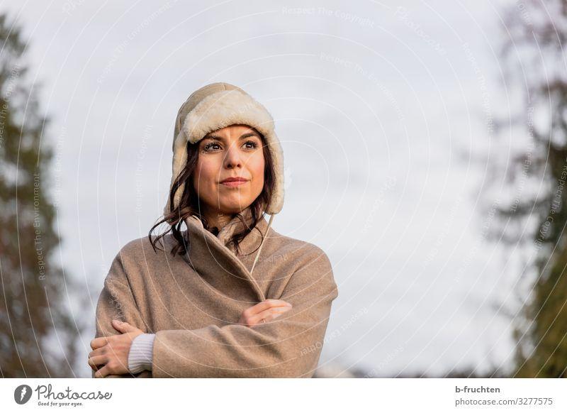 Kalter Wintertag, Frauenportrait Mensch Ferien & Urlaub & Reisen Baum Einsamkeit ruhig Gesicht Erwachsene Herbst Wärme kalt Schnee Tourismus wandern stehen