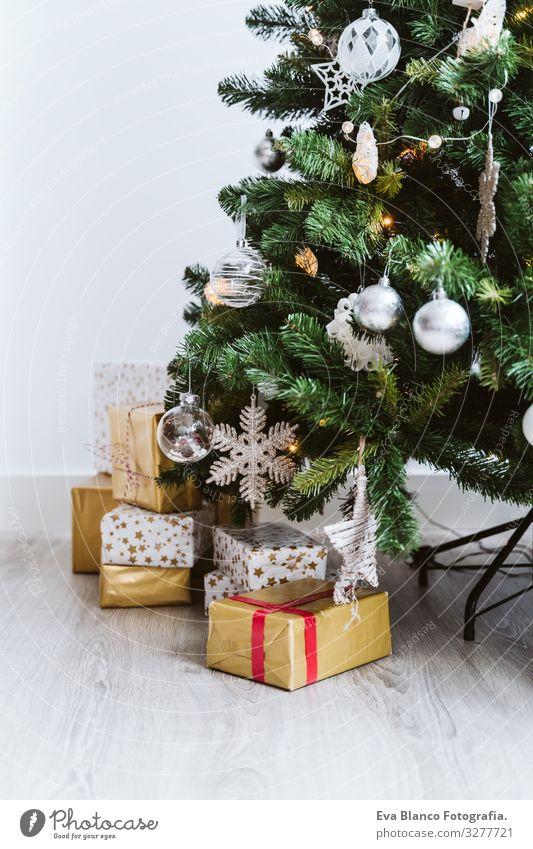 Weihnachtsbaumschmuck zu Hause mit Ornamenten Zauberei u. Magie Lifestyle Innenarchitektur Jahr Feuerstelle Platz Textfreiraum Illumination