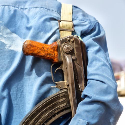 Konzept der Sicherheit und des Schutzes von Gewehr und Rücken Beruf Mann Erwachsene Arme Hand dreckig modern schwarz weiß Geborgenheit Gewalt Hass Krieg Soldat