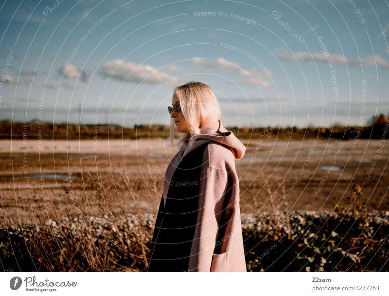 Herbstmode Lifestyle elegant Stil schön Junge Frau Jugendliche 18-30 Jahre Erwachsene Landschaft Wolken Sonne Feld Mode Mantel Sonnenbrille blond langhaarig