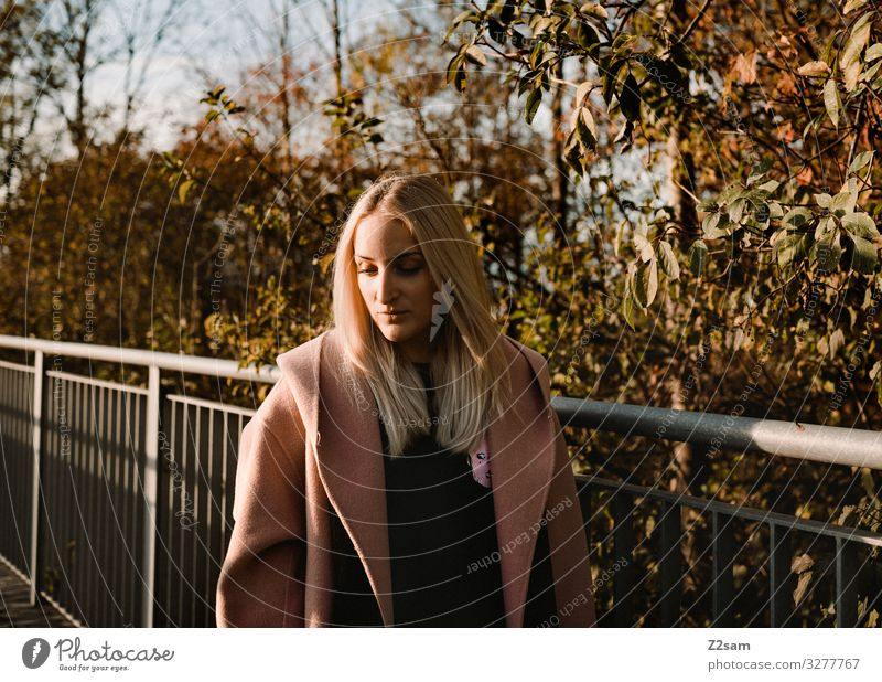 L. Lifestyle elegant Stil Junge Frau Jugendliche 18-30 Jahre Erwachsene Stadt Mode Mantel blond langhaarig Denken träumen Coolness trendy schön einzigartig