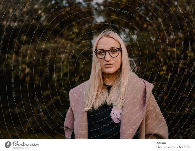 L. Lifestyle elegant Stil feminin Junge Frau Jugendliche 18-30 Jahre Erwachsene Natur Landschaft Herbst Mode Mantel blond langhaarig authentisch Coolness dunkel