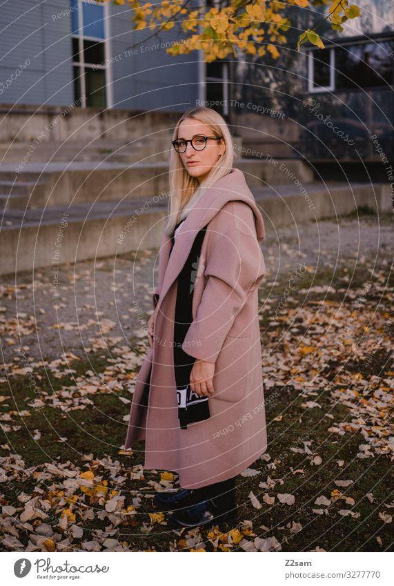 L. Lifestyle elegant Stil feminin Junge Frau Jugendliche 18-30 Jahre Erwachsene Natur Landschaft Herbst Sträucher Blatt Park Mode Mantel Brille blond langhaarig