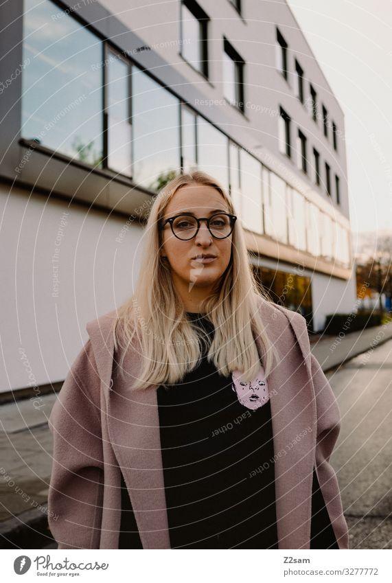 Was bringt das neue Jahr? Lifestyle elegant Stil Studium Junge Frau Jugendliche 18-30 Jahre Erwachsene Sonnenlicht Winter Stadt Stadtzentrum Mode Mantel Brille