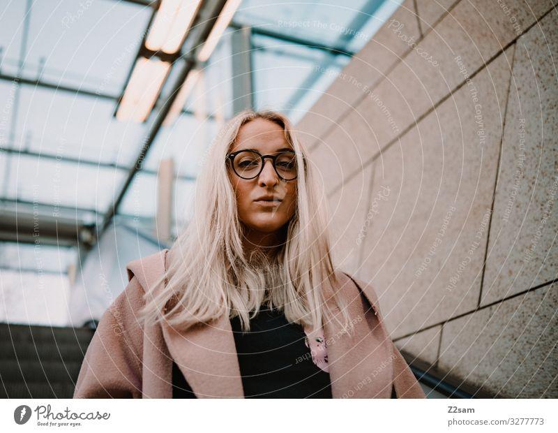 L. Lifestyle elegant Stil feminin Junge Frau Jugendliche 18-30 Jahre Erwachsene Stadt Mode Mantel Brille blond langhaarig Blick authentisch Coolness schön
