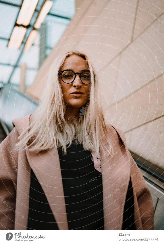 Strong Jugendliche Junge Frau Stadt Farbe schön 18-30 Jahre Lifestyle Erwachsene feminin Stil Mode rosa Design elegant blond Kraft