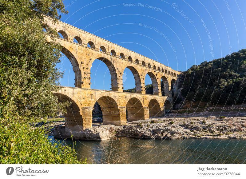 Pont du Gard ist ein altes römisches Aquädukt in der Nähe von Nimes Sightseeing Sommer Kultur Landschaft Erde Himmel Fluss Ruine Brücke Architektur Denkmal
