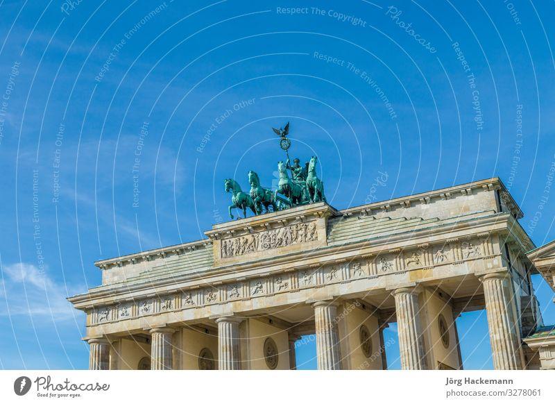 Brandenburger Tor mit Quadriga in Berlin Ferien & Urlaub & Reisen Tourismus Sightseeing Erfolg Kultur Himmel Gebäude Architektur Denkmal alt historisch Gate