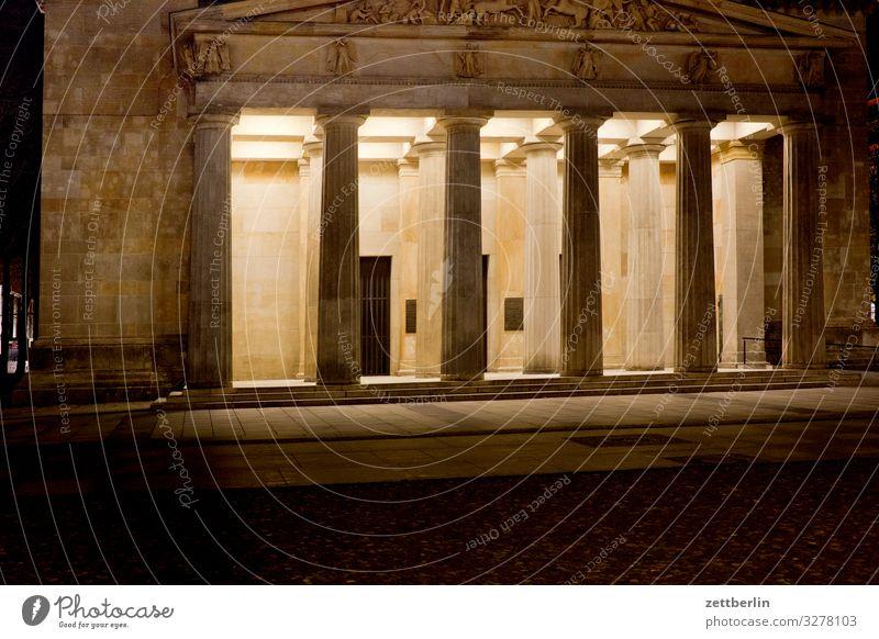 Neue Wache nachts Abend Architektur Gebäude Klassizismus Säule Portal Eingang schinkel Berlin dunkel Hauptstadt Nacht Tourismus Unter den Linden Wahrzeichen