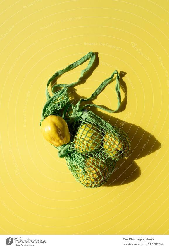 Frische Quittenfrüchte in einer Einkaufstüte aus Leinen. Umweltfreundliche Tasche Lebensmittel Frucht Ernährung Gesunde Ernährung Verpackung natürlich gelb grün