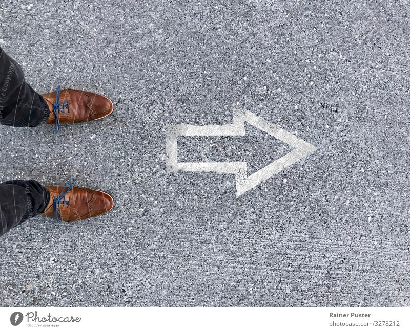 Der Weg nach vorne Berufsausbildung Urkunde Wirtschaft Karriere Erfolg Beratung planen Plan planmäßig Fuß Stadtzentrum Straße Wege & Pfade Beton braun grau weiß