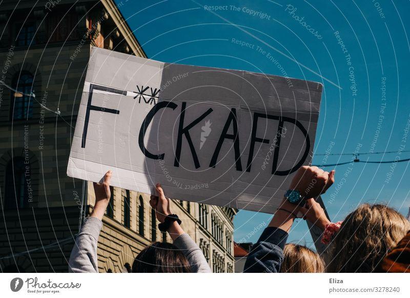 Eine Menschenmenge auf einer Demonstration, aus der Hände ein Plakat auf dem F**ck AFD steht in die Höhe halten; München Menschengruppe demonstrieren afd