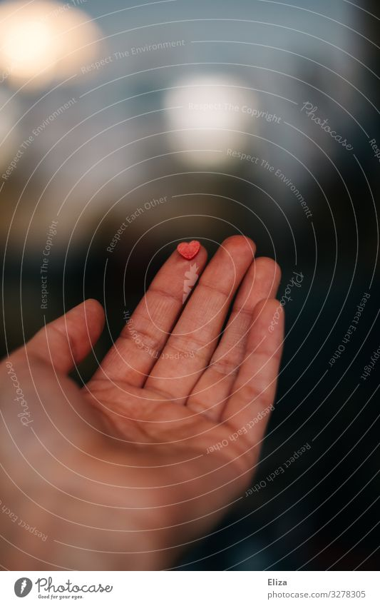 Ein kleines rosa Herz auf einem Finger Hand geben Liebe Empathie Zuneigung zart kostbar Fingerspitze Gefühle Vertrauen behutsam Spenden herzlich Herzlichkeit