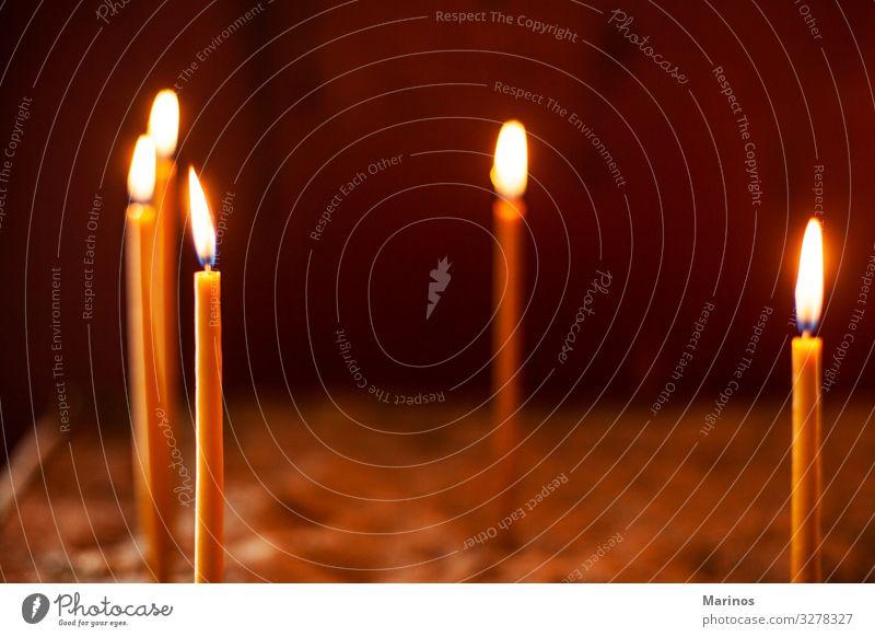 Kerzen in der ?rthodoxen Kirche Feste & Feiern Denkmal dunkel hell Religion & Glaube Massenvernichtung Licht Flamme Hintergrund Symbole & Metaphern Feuer glühen