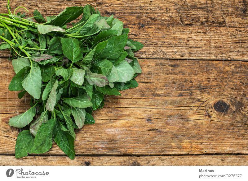 Grünzeug auf einem Holztisch Gemüse Vegetarische Ernährung Diät Garten Natur Pflanze Blatt frisch natürlich schwarz Farbe Salat Suppengrün Hintergrund