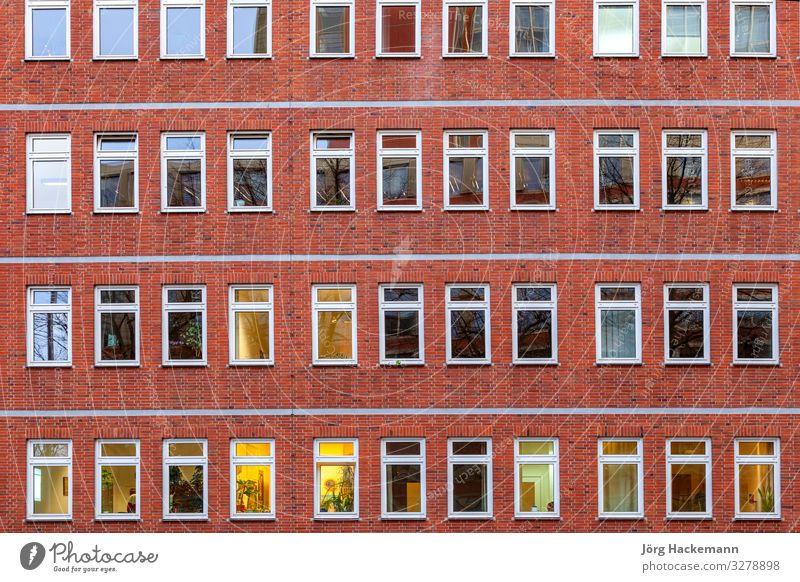 Fassade eines Bürogebäudes bei Nacht Leben Haus Arbeit & Erwerbstätigkeit Business Stadt Gebäude Architektur Backstein alt modern retro braun rot antik
