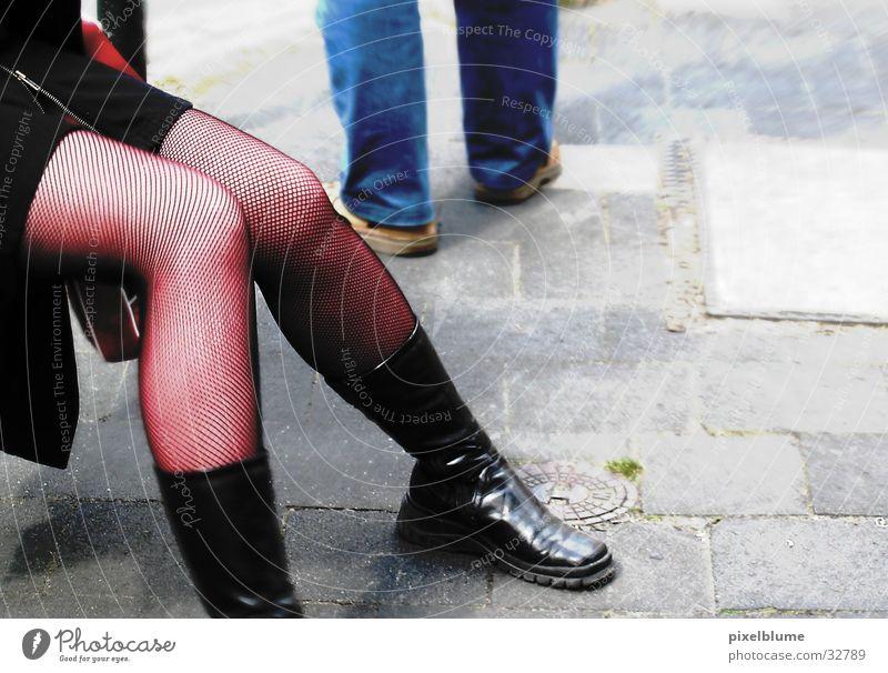 warten Frau Straße sitzen Bürgersteig Strümpfe Netzstrümpfe