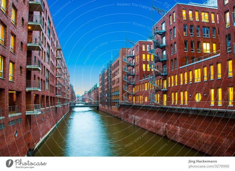 Speicherstadt bei Nacht in Hamburg schön Haus Büro Landschaft Himmel Stadt Brücke Gebäude Architektur alt historisch blau Werbung Kanal Infrastruktur Gebäude