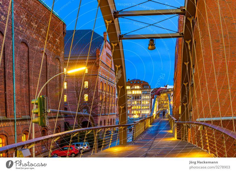 Speicherstadt bei Nacht in Hamburg schön Haus Landschaft Himmel Mond Stadt Brücke Gebäude Architektur alt historisch blau Kanal Infrastruktur Gebäude Klotz