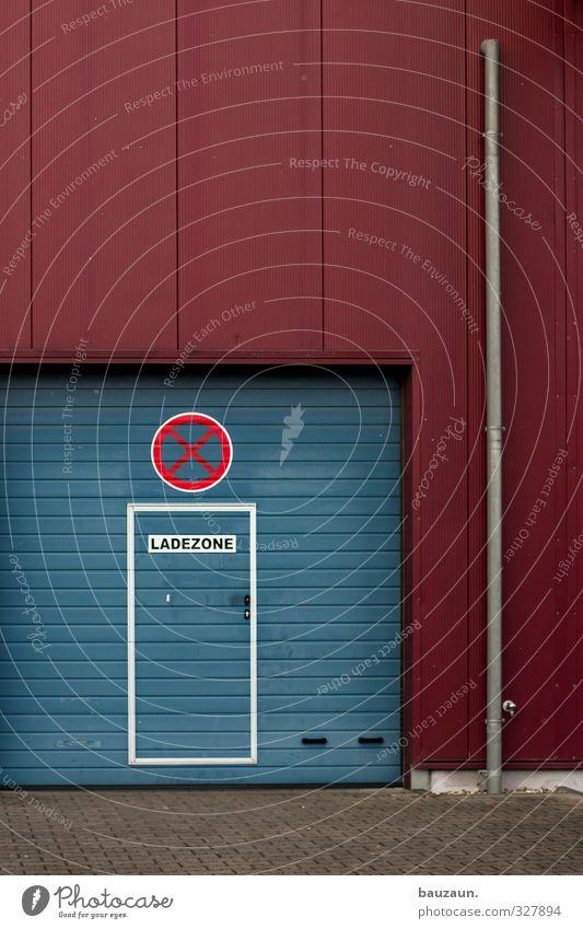 ladezonenhalteverbot. blau rot Wand Mauer Stein Linie Metall Arbeit & Erwerbstätigkeit Fassade Tür Schilder & Markierungen Beton Schriftzeichen Hinweisschild