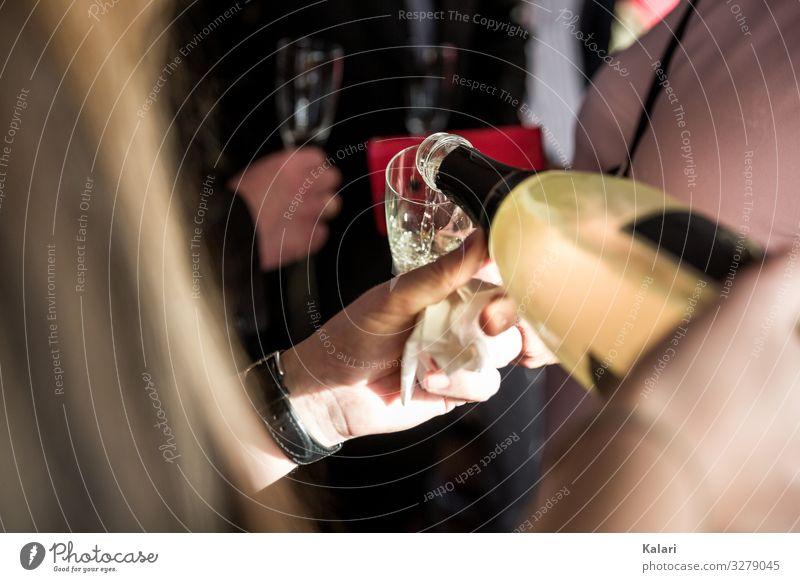 Frau gießt Champagner in ein Glas Sekt Zuprosten eingießen Wein Alkohol trinken Hochzeit Ehepaar Restaurant Party Menschen Feier Abendessen Hand Bar stoppen
