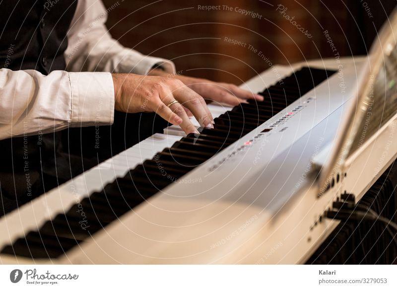Pianist spielt auf einem Klavier Keyboard klassische Musik musik klavier pianist tastatur hand profi instrument musikant black weiß key musical klassik klang