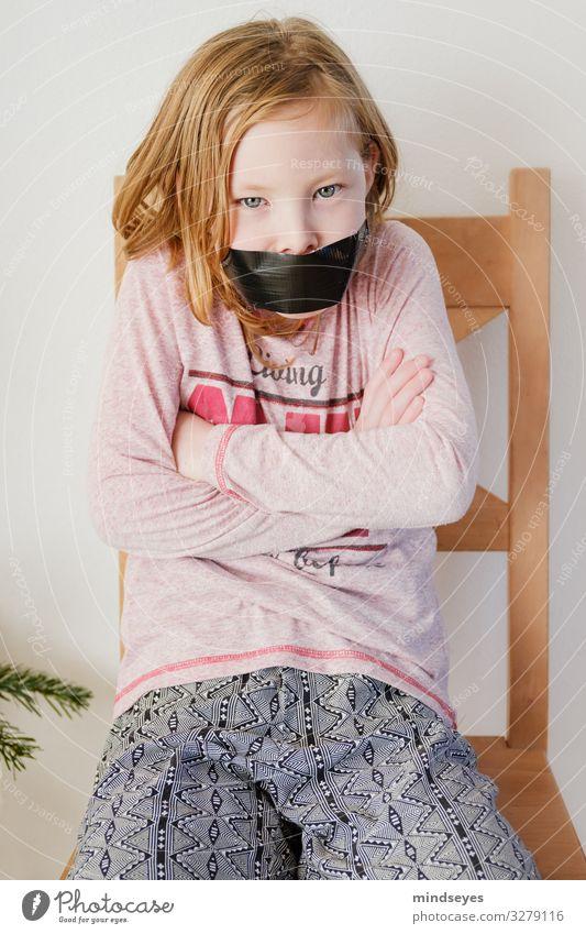 Endlich Ruhe Wohnung Stuhl Mädchen Kindheit 1 Mensch 3-8 Jahre blond sitzen Konflikt & Streit Aggression ruhig Wut gereizt trotzig Kraft Stress Klebeband