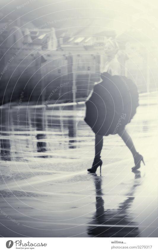 Frau in High Heels mit Regenschirm auf nassem Asphalt Junge Frau Erwachsene schlechtes Wetter Unterwäsche BH Damenschuhe gehen laufen Erotik Fröhlichkeit