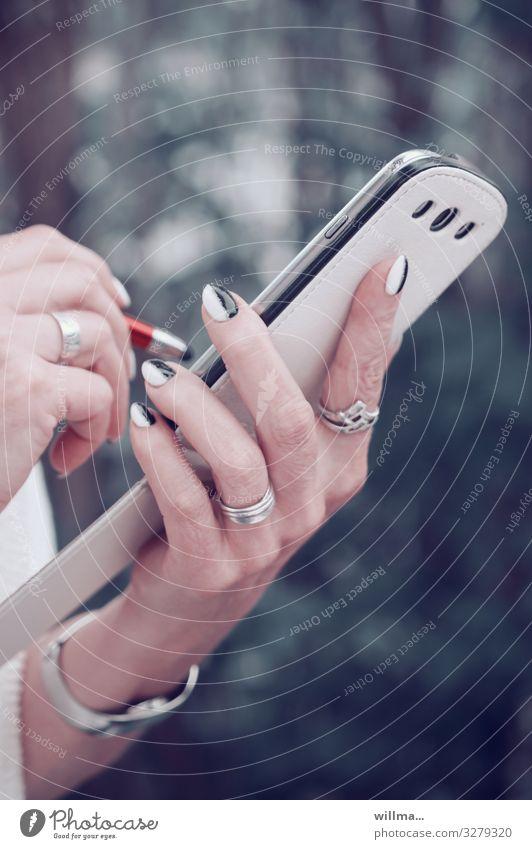 Weibliche Hand mit manikürten Fingernägeln mit Smartphone und Stift Handy PDA elegant Stil Nagellack Stylus Eingabestift Touchpen Schreibstift