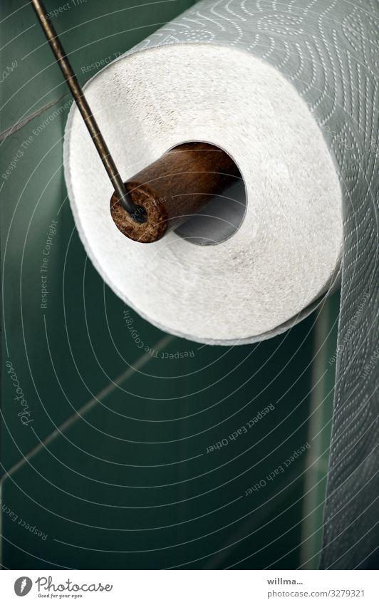 Eine Rolle Klopapier Toilettenpapier Klopapierhalter Badfliesen Fliesen u. Kacheln Körperpflegeutensilien türkis Nostalgie Ordnung Perforierung Detailaufnahme