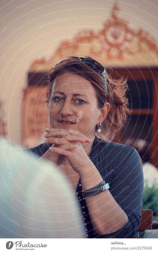Porträt einer attraktiven reifen Frau mit brünettem Haar und Sonnenbrille feminin Erwachsene 30-45 Jahre 45-60 Jahre Ohrringe Armbanduhr Lächeln Freundlichkeit