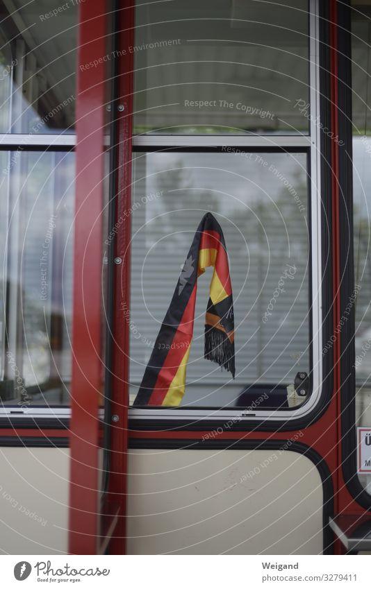 Deutschland Fenster rot Politik & Staat Fahne Deutsche Flagge Ruhestand Koalition Wende Farbfoto Gedeckte Farben Außenaufnahme Menschenleer