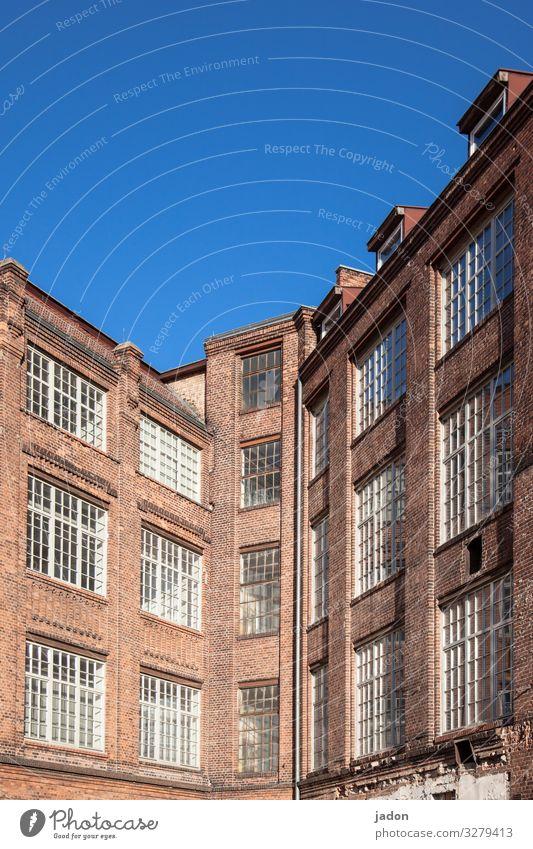 eckhaus. Häusliches Leben Traumhaus Wolkenloser Himmel Schönes Wetter Stadt Skyline Haus Hochhaus Industrieanlage Fabrik Bauwerk Gebäude Architektur Mauer Wand