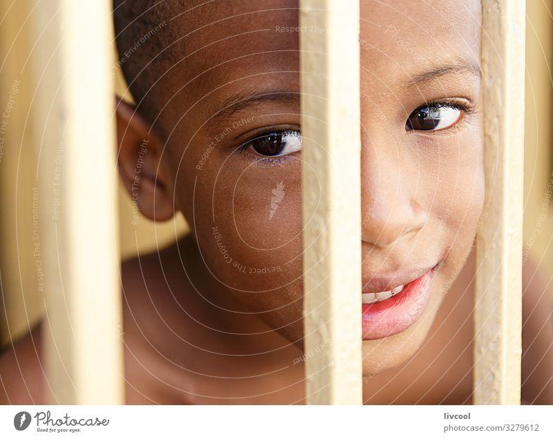 netter kubanischer Junge hinter einem gelben Zaun, Santiago de Cuba IV Lifestyle Stil schön Leben Spielen Ferien & Urlaub & Reisen Ausflug Insel Kind Mensch